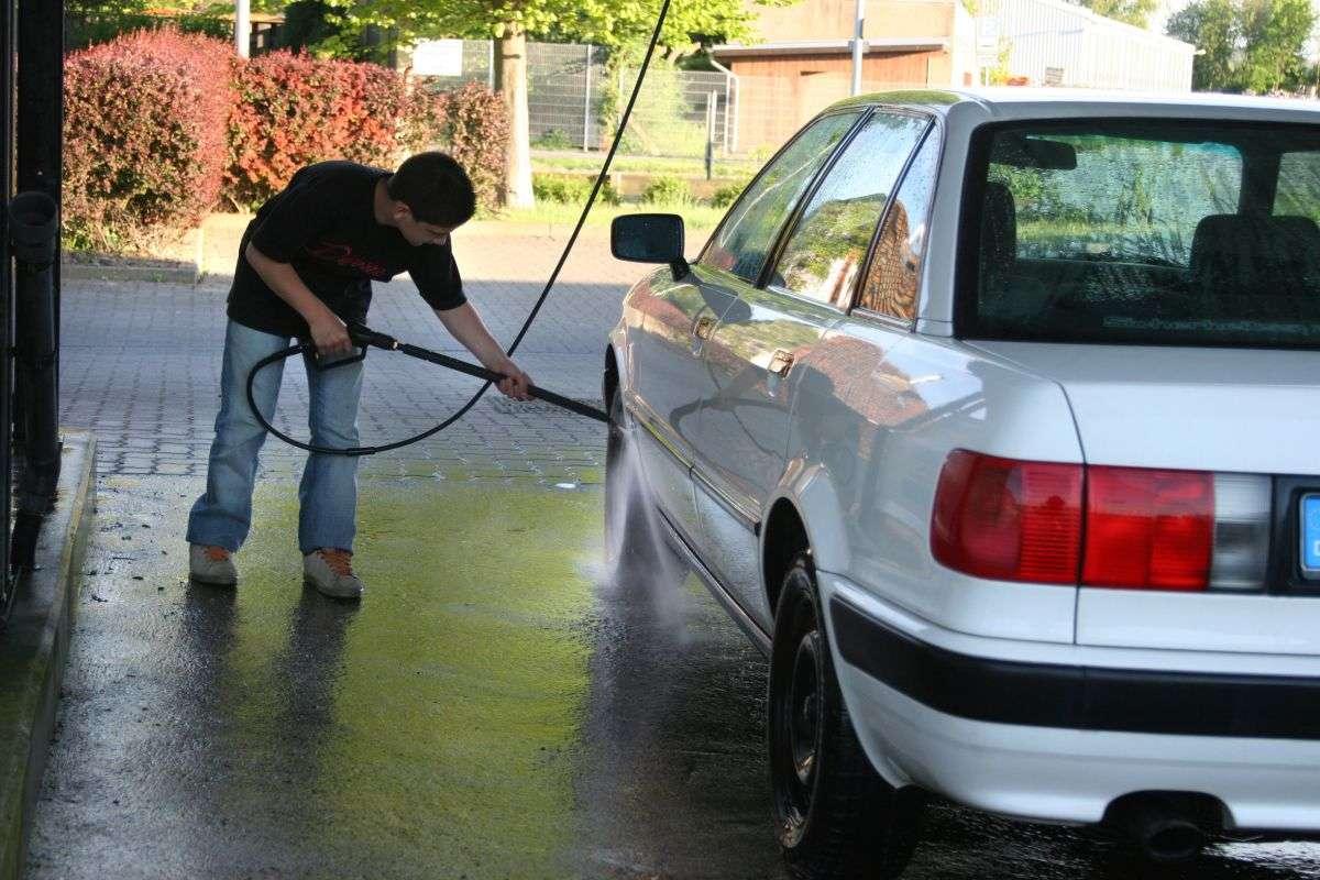 Mycie samochodu w myjni bezdotykowej