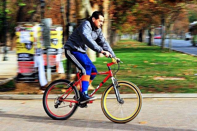 rowerzysci-kontra-kierowcy-samochodow-kto-kroluje-na-drogach
