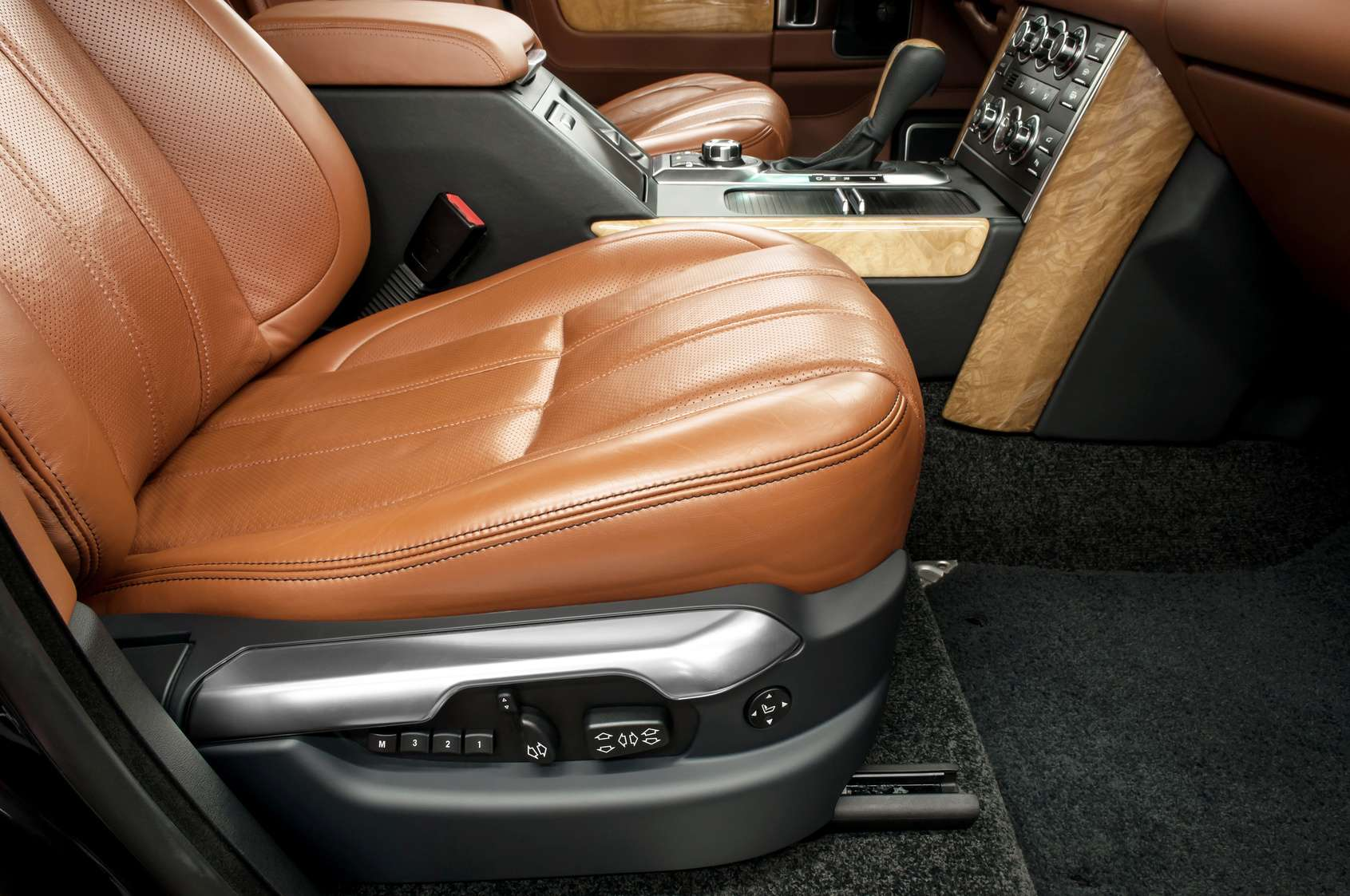 Zadbane wnętrze luksusowego samochodu